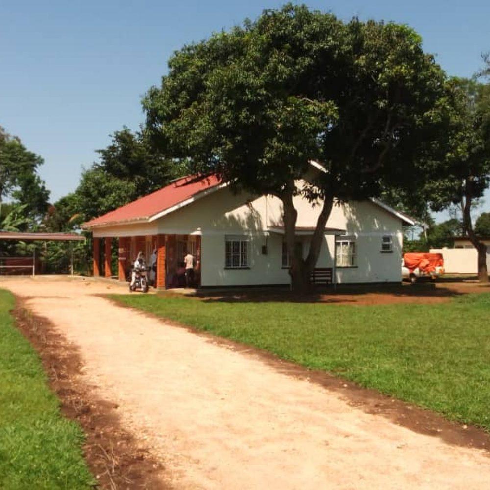 2021_Gesundheitszentrum in Mbulamuti, rechts die Isolierstation (1)